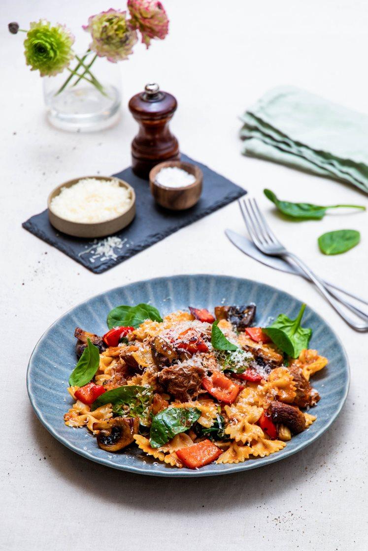 Pasta med ragu på svinekjaker med spinat, paprika, sopp og Grana Padano