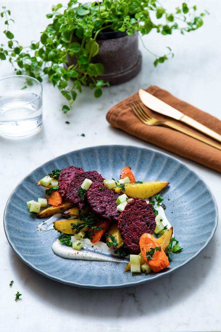 Quinoa- og rødbetenuggets med ovnsbakte grønnsaker og chevrekrem
