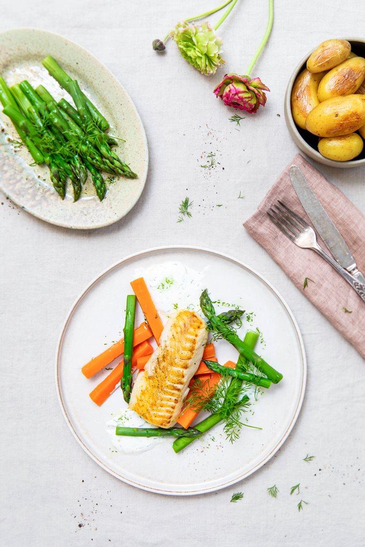Stekt seiloin med smørglaserte delikatessepoteter, asparges, dillolje og pepperrotdressing