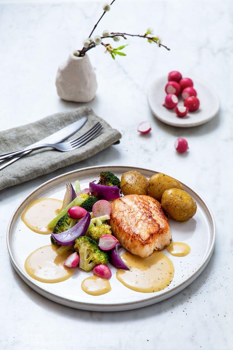 Pannestekt lyrfilet med rødløksbakte reddiker og brokkoli, smørsaus og krydderpoteter