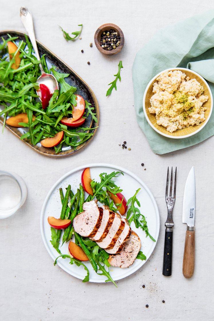 Urtemarinert ytrefilet av svin med bulgur i urtedressing, grønne bønner og nektarinsalat