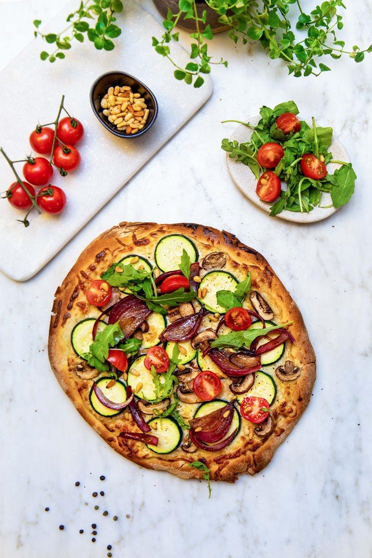 Pizza bianca med aromasopp og squash, toppet med balsamicosyltet rødløk og ruccolasalat