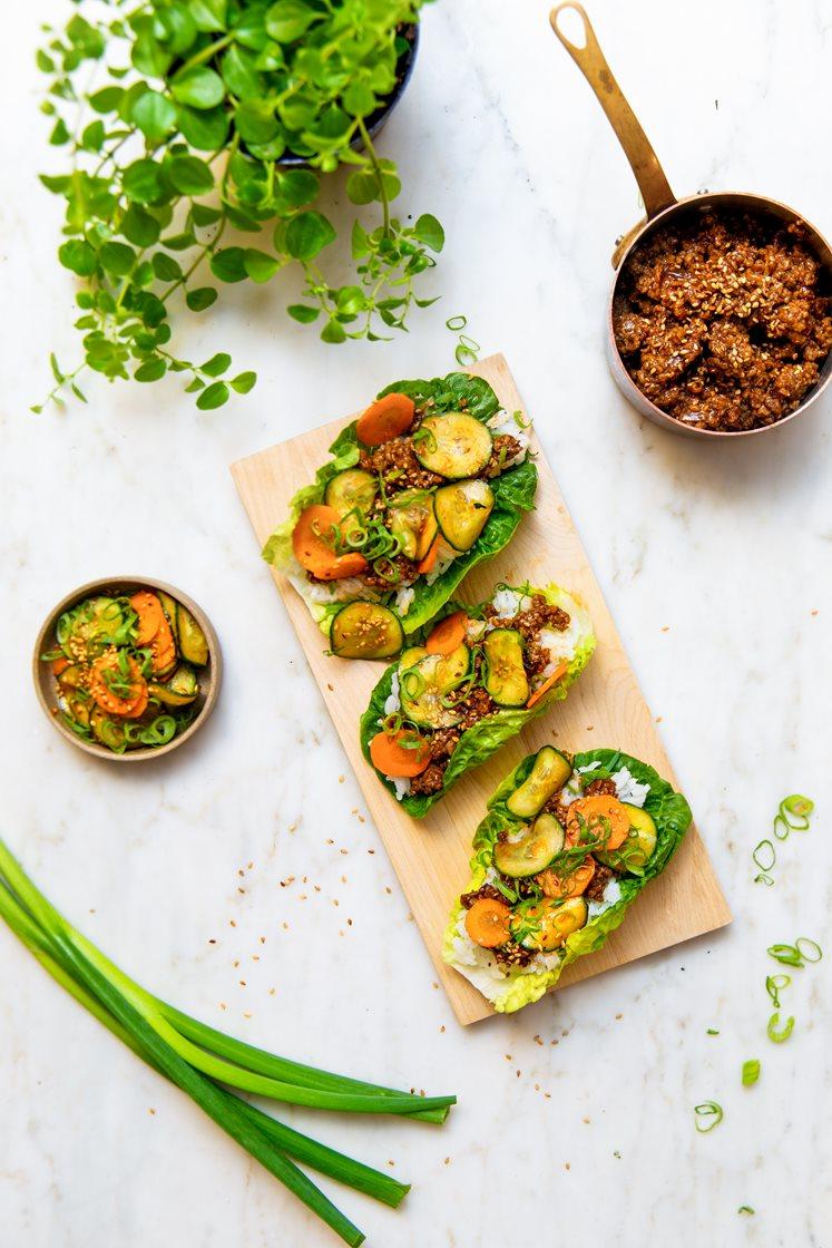 Bulgogi av vegetardeig, servert i hjertesalat med spicy råkost, sesamfrø, vårløk og jasminris