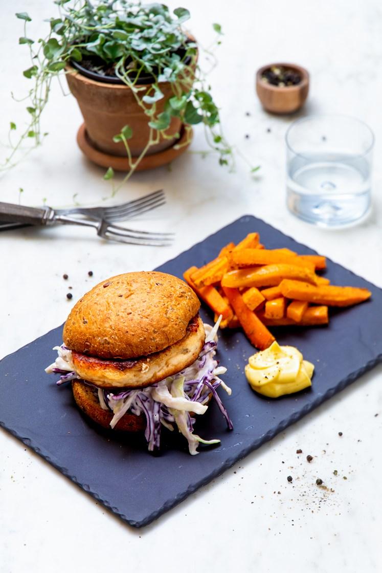 Fiskeburgere med coleslaw, aioli og ovnsbakte søtpotetstaver