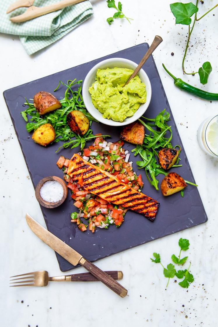 Honning- og chipotleglasert laksefilet med grillede poteter, pico de gallo og guacamole