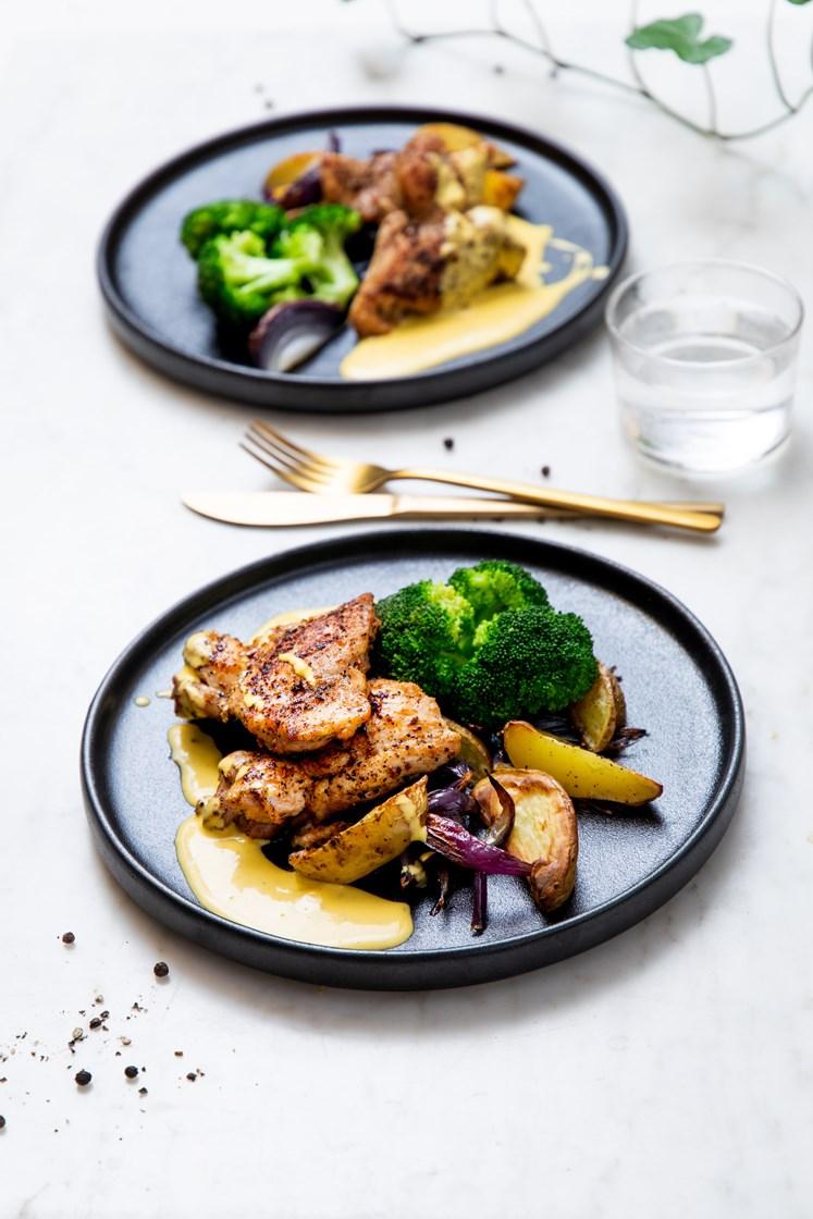 Sitrusstekt svinenakke med ovnsbakte poteter og løk, brokkoli og bearnéssaus