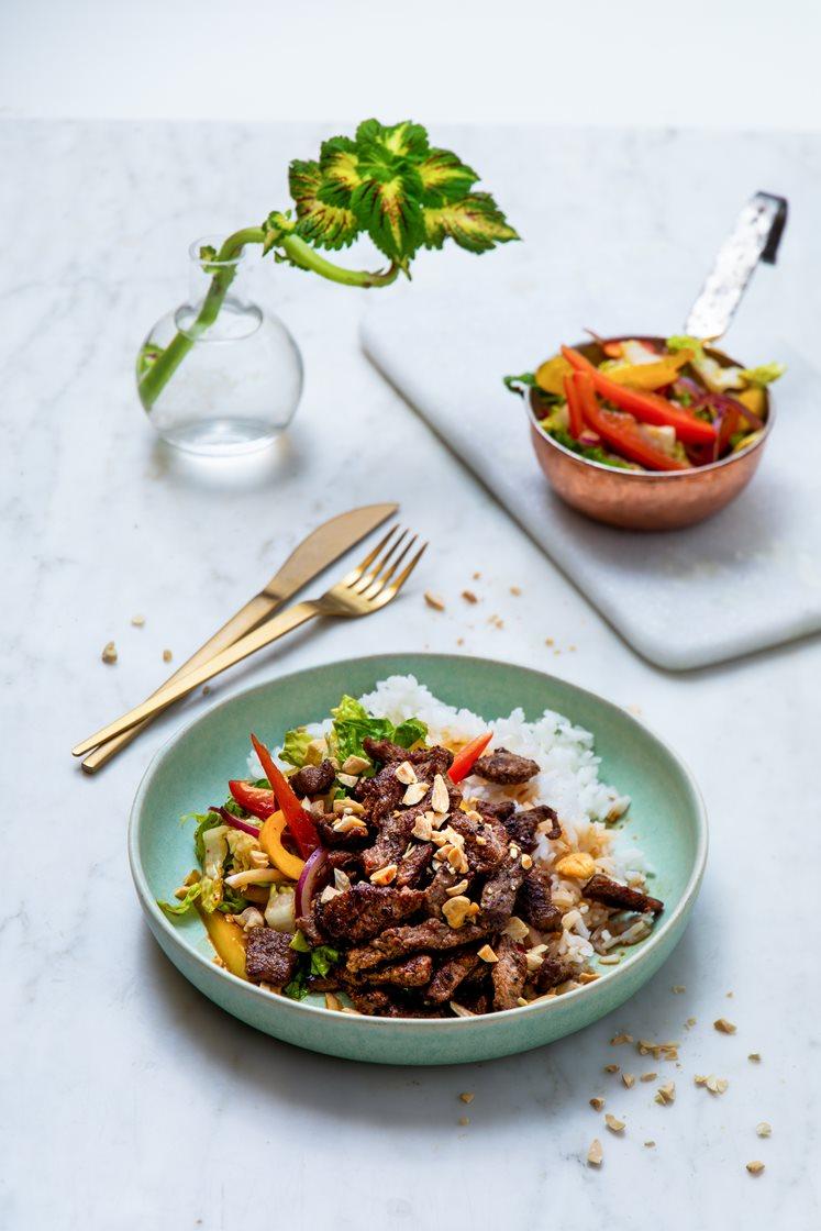 Thaisalat med mørbradbiff og friske grønnsaker, servert med peanøtter og jasminris
