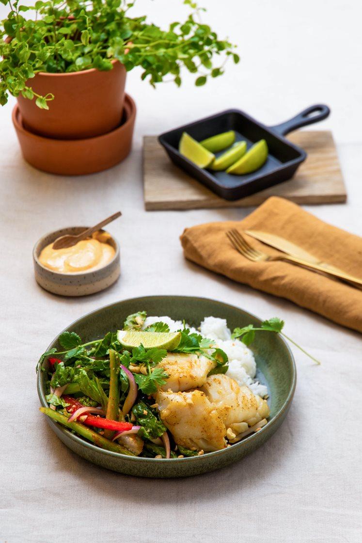 Thaisalat med stekt lyrfilet, jasminris og peanøtter