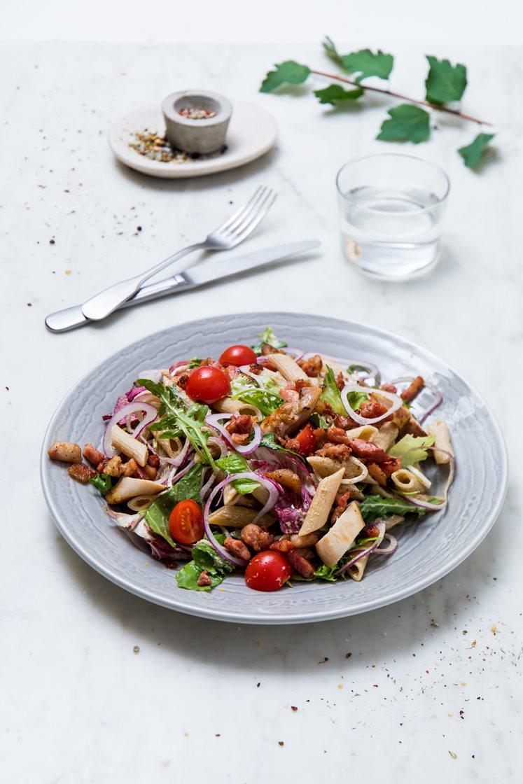 Kyllingsalat med fullkornspenne, bacon, cherrytomater og steinsoppesto
