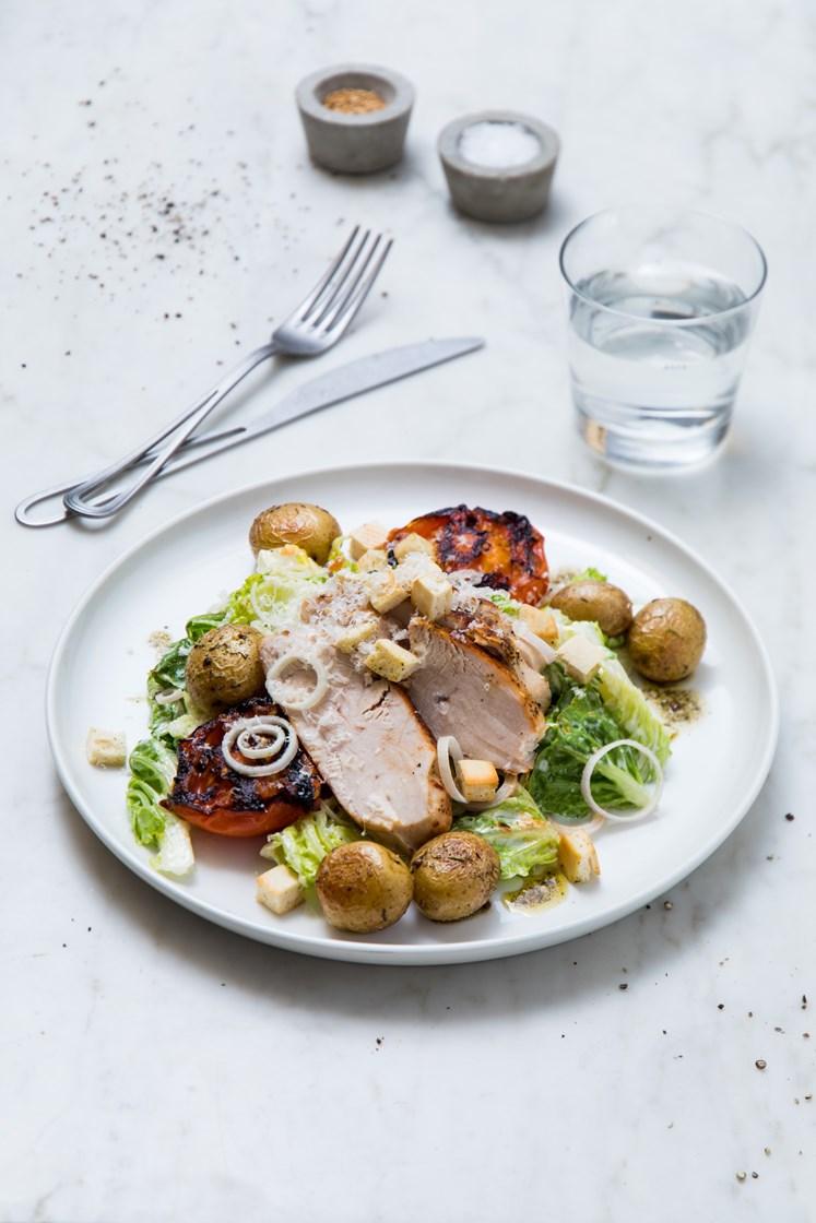 Cæsarsalat med sitron- og pepperkylling, ovnsbakte krydderpoteter og varme tomater