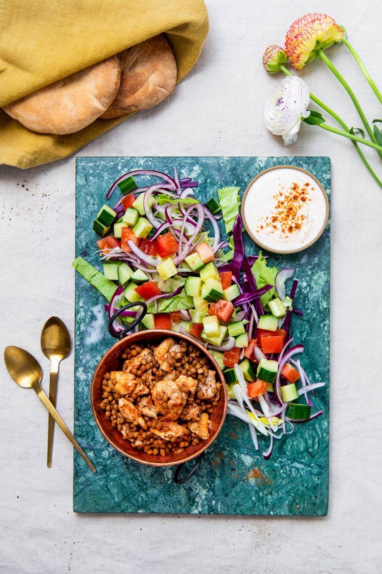 Kylling- og linsesalat med røkt chilikrydder, varme multibrød og yoghurtdressing