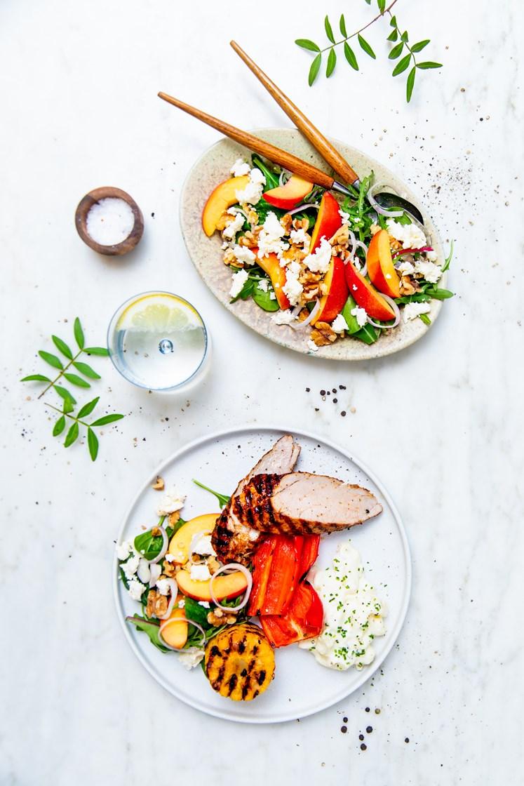 Grillet ytrefilet av svin med grillede grønnsaker og nektarin- og fetaostsalat med valnøtter