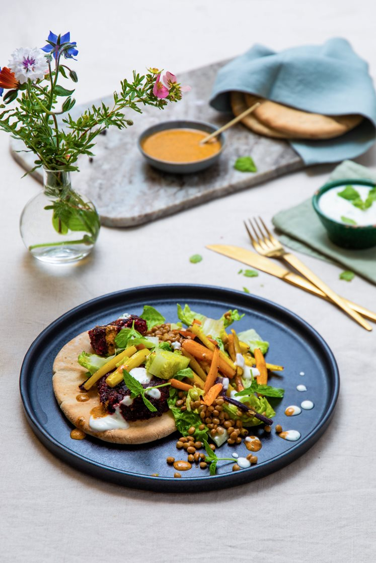 Marrokansk gulrotsalat med rødbetefalafeler og mynteyoghurt