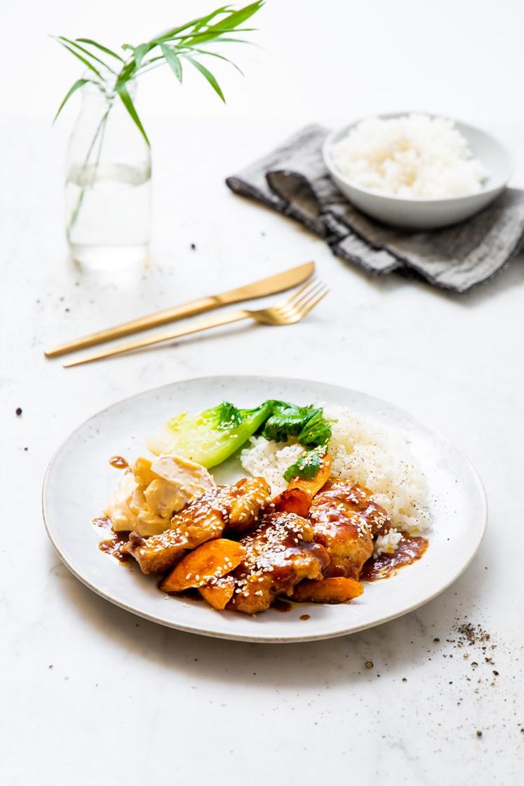 Kylling i sticky appelsinsaus og reddiksalat med chilimajones, servert med gulrot og pak choy