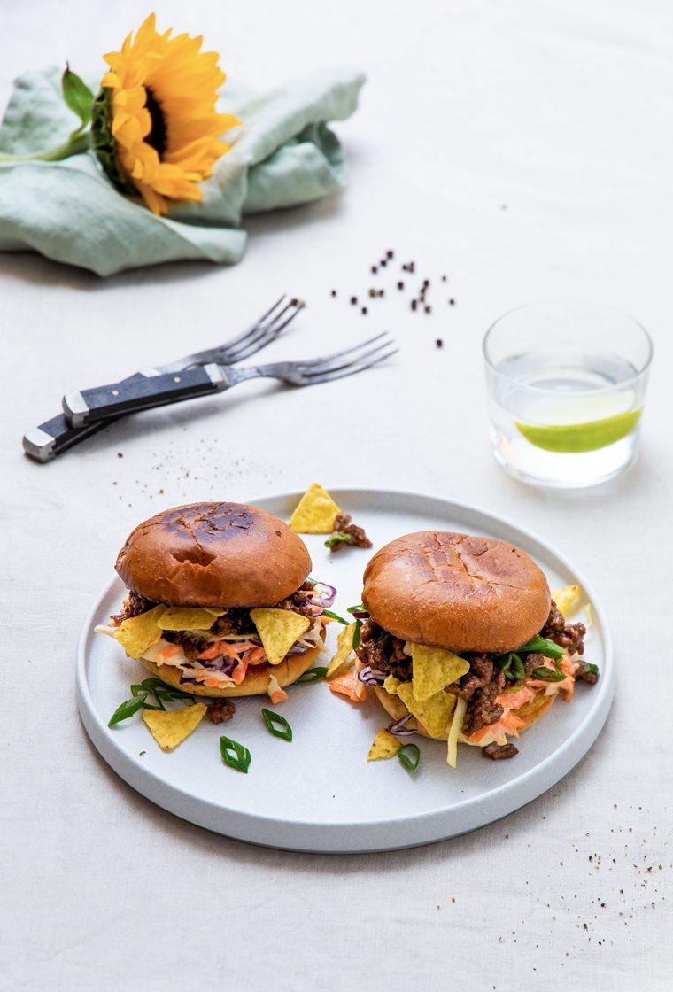 Sloppy Joe-slidere med teriyakistekt kjøttdeig og coleslaw, servert med tortillachips