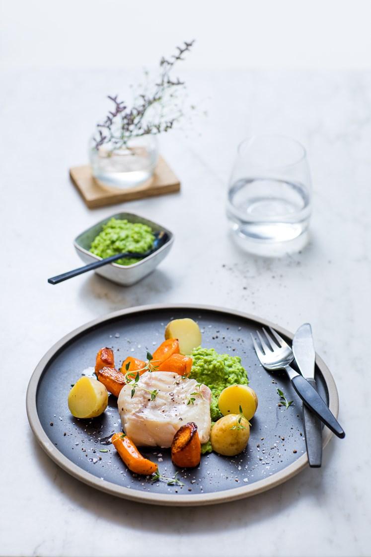 Lettsaltet torsk med kokte poteter, ertepuré og ovnsbakte gulrøtter, servert med soyasmør