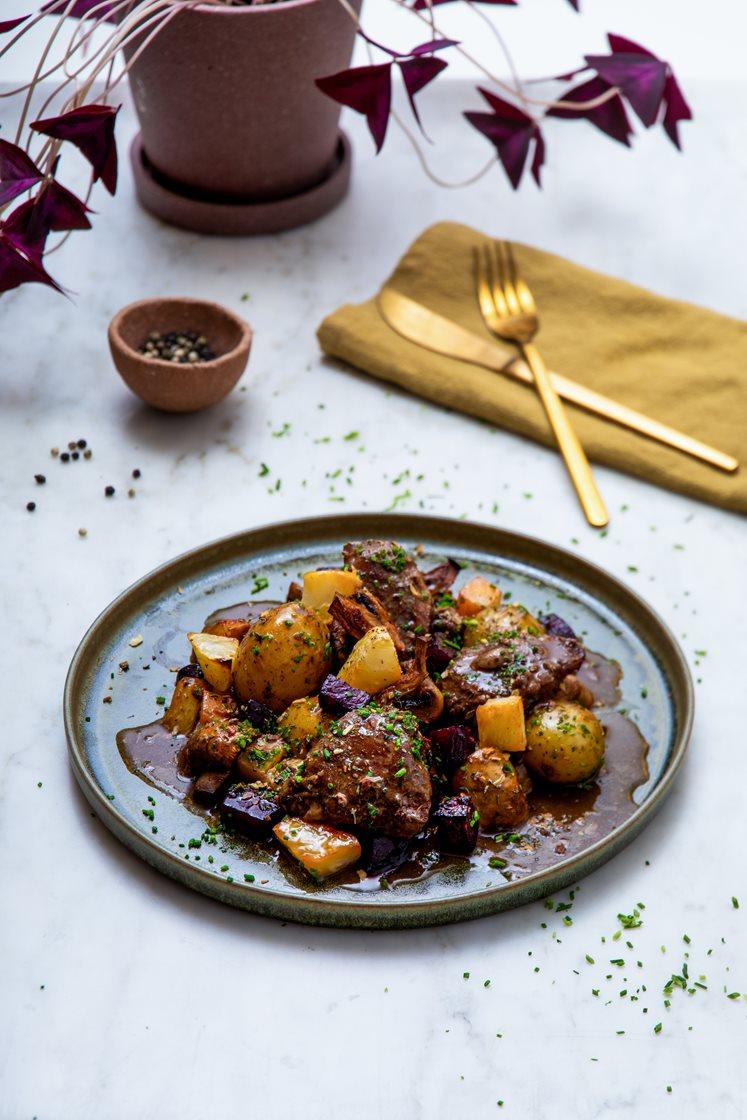 Mørkokte svinekjaker i sjysaus med ovnsbakte rotgrønnsaker og knuste persillepoteter