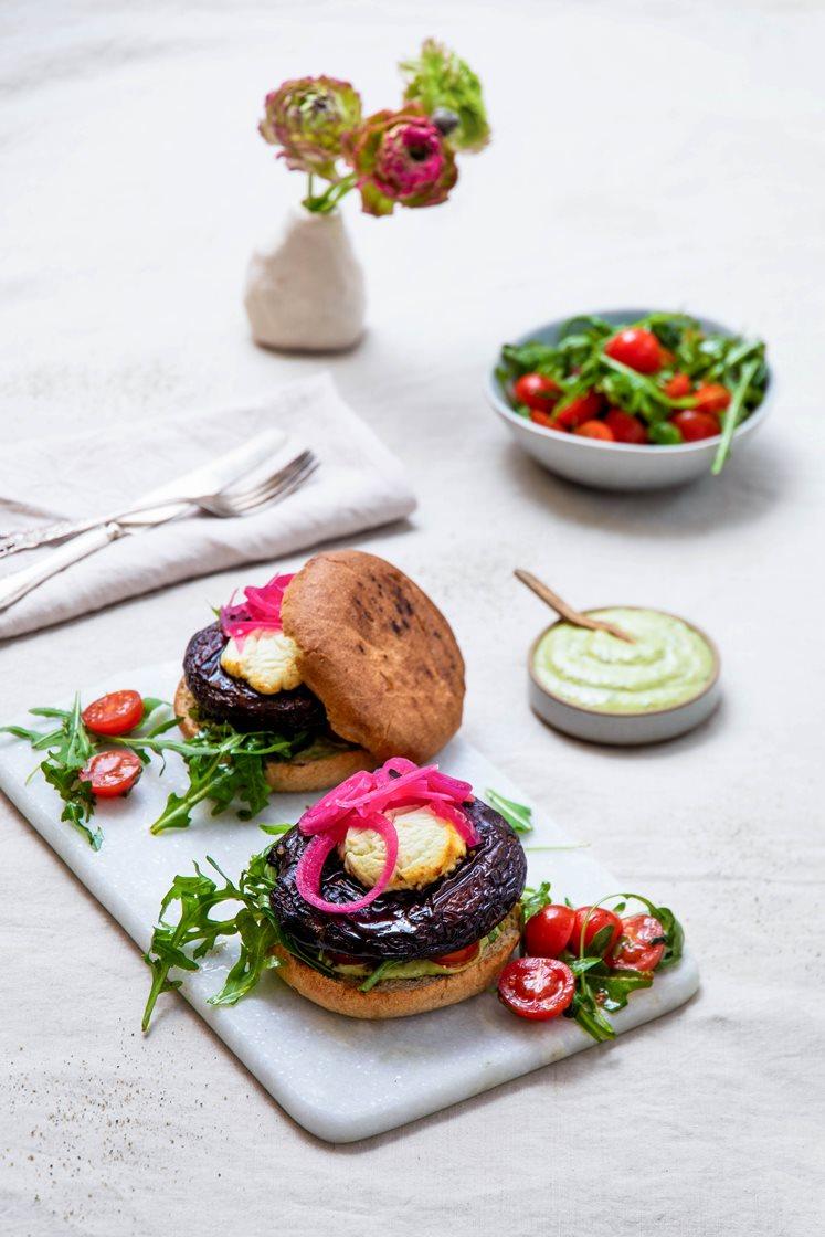 Portobelloburgere med chevre og syltet rødløk, cherrytomatsalat og ramsløkaioli