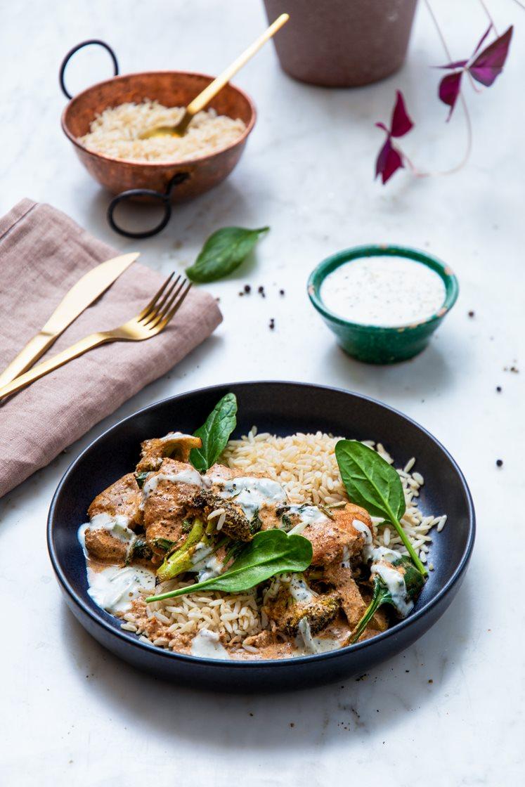Butter chicken med kylling, spinat, brokkoli og fullkornsris, servert med raita