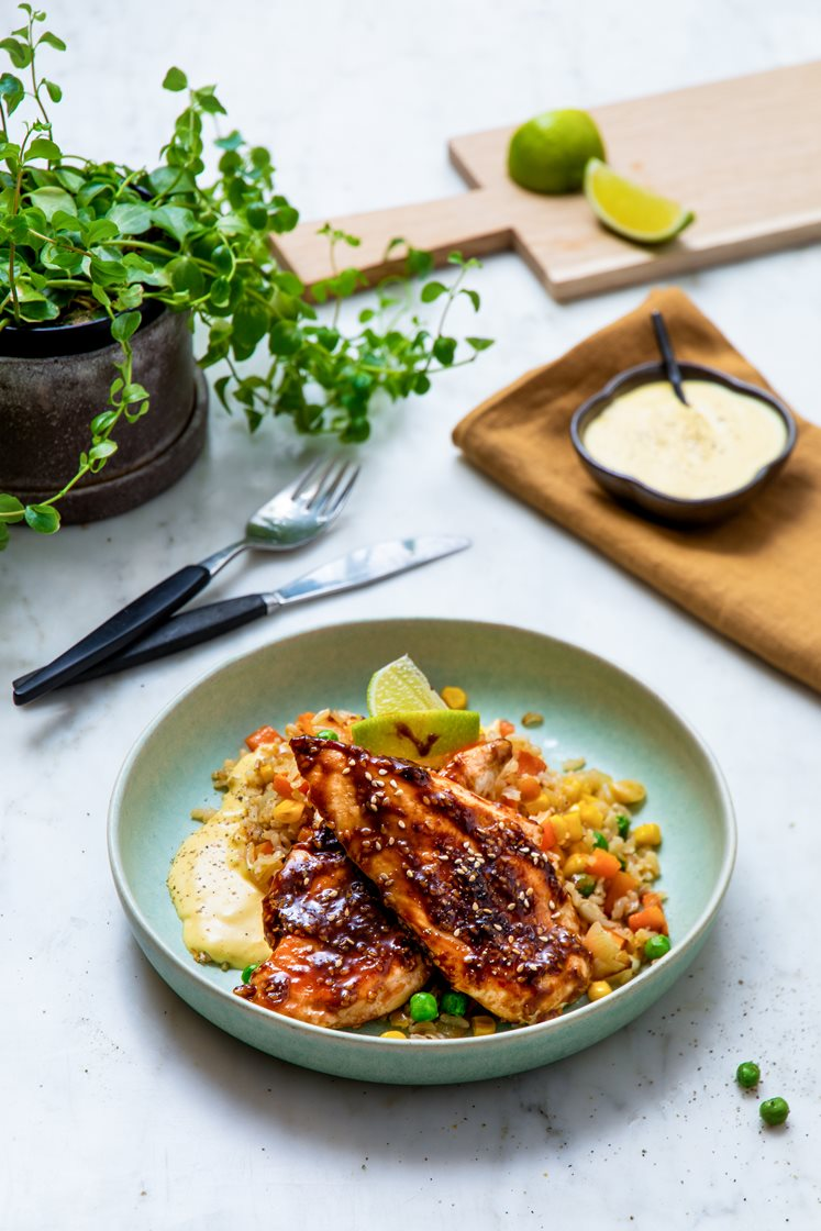 Soyaglasert kylling med stekt grønnsaksris, servert med curry- og mangodressing og lime