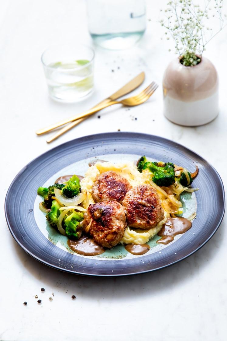 Kjøttkaker med potetmos, smørstekt brokkoli, løk og soppsaus