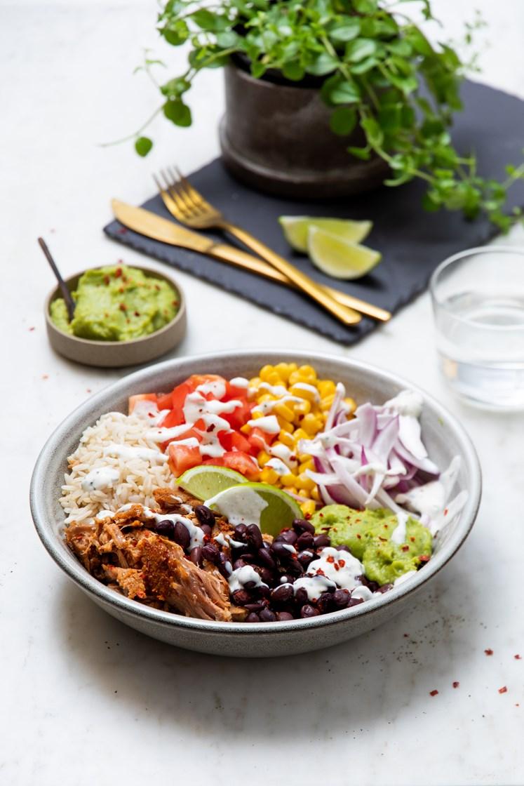 Meksikansk bowl med pulled jalapeño pork, guacamole, sorte bønner og urtedressing