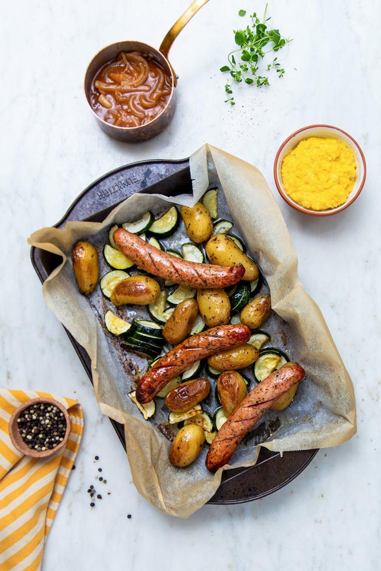 Ostepølser med maiskrem, ovnsbakte krydderpoteter og squash, servert med barbecuesjy