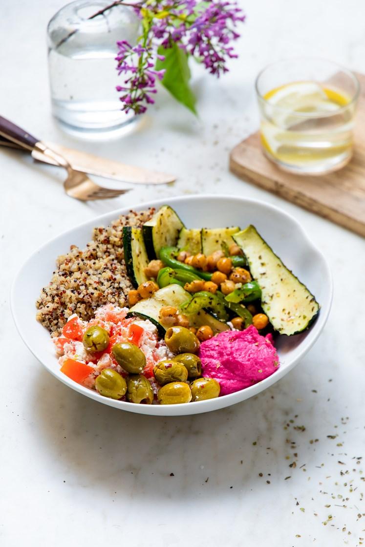 Marokkansk bowl med hummus, grillede grønnsaker, quinoa og tomatsalat