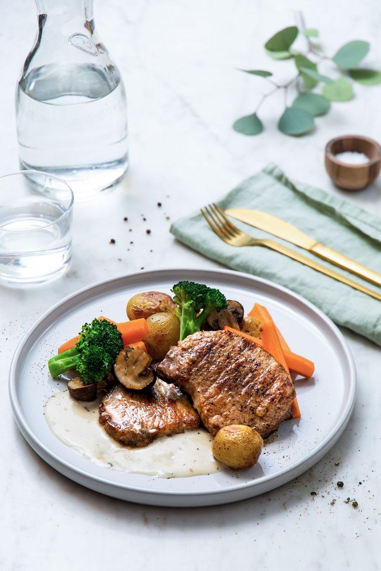 Sitrusstekt svinekam med ovnsbakte poteter og aromasopp, dampet brokkoli og urtesaus