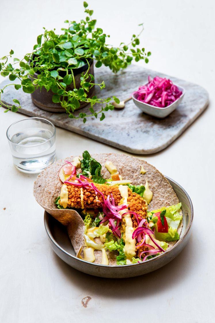 Meksikanske fiskepinner i tortillaer med lettsyltet rødløk, friske grønnsaker og curry- og mangodressing
