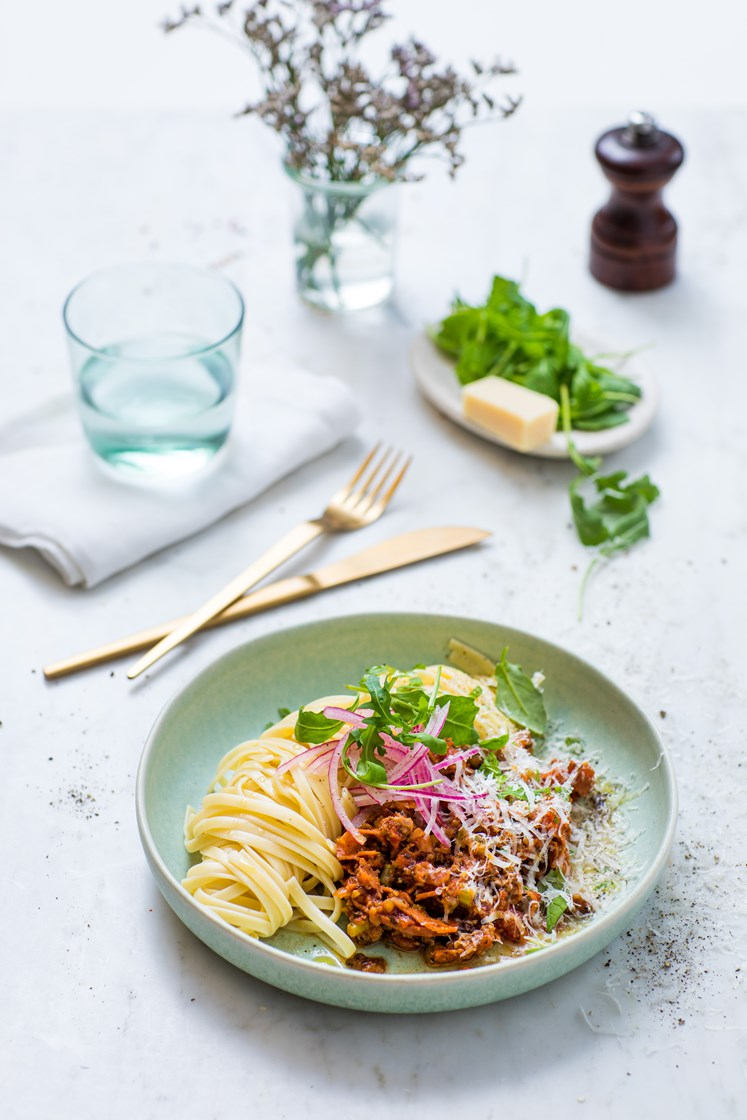 Bolognese med linguine og ruccolasalat, toppet med finrevet Grana Padano