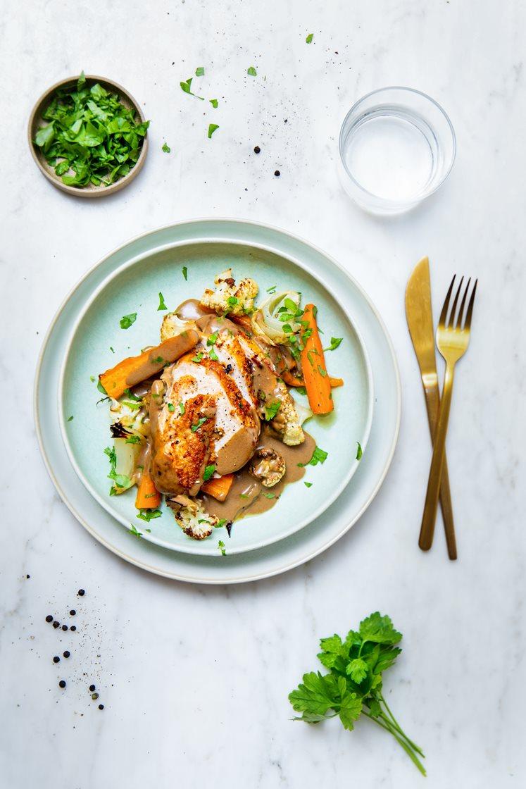 Kyllingbryst med sprøtt skinn og persillebakte grønnsaker, servert med steinsoppsaus
