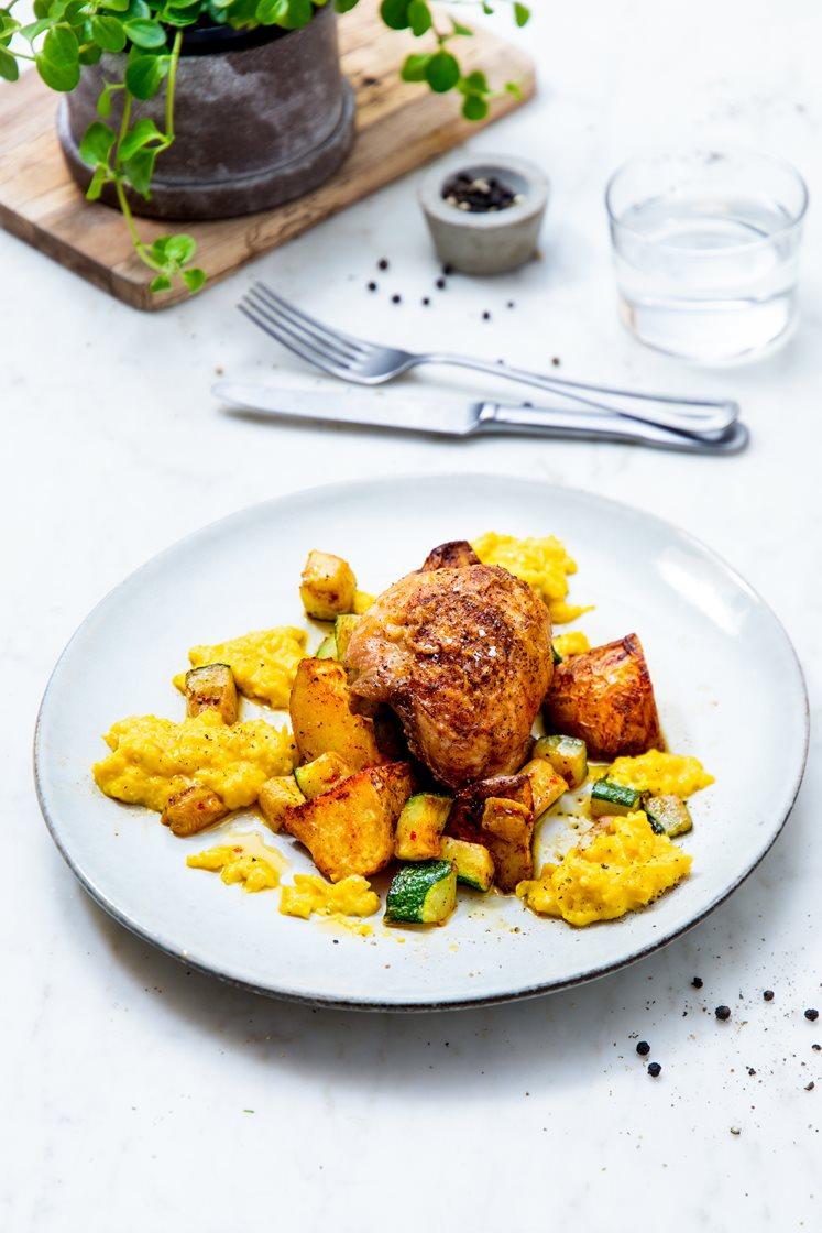 Kyllinglår med barbecuesaus, krydderstekte poteter, maiskrem og smørstekt squash