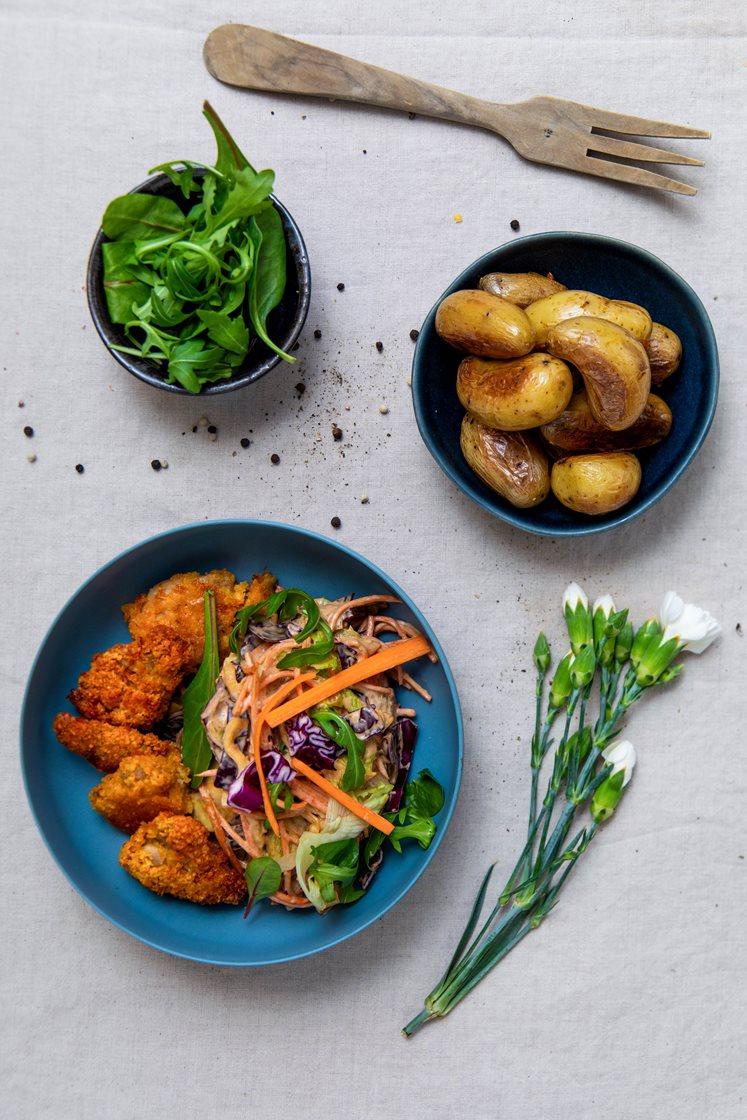 Crispy kylling med rask coleslaw og ovnsbakte poteter
