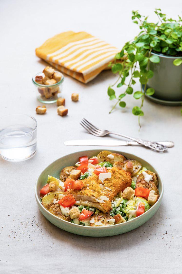 Urtepanert flyndrefilet med cæsarsalat, krydderbakte potetskiver og krutonger