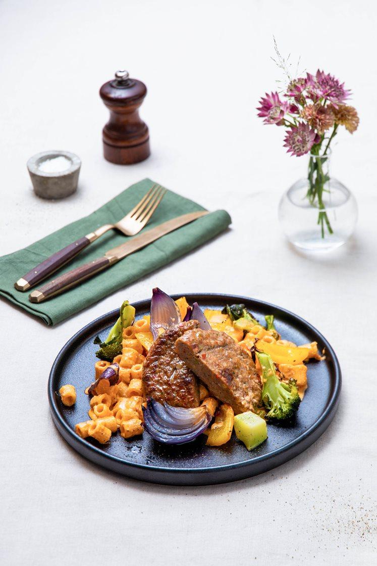 Kjøtt- og grønnsakskarbonader med ovnsbakt brokkoli, pasta og kremet paprikapesto