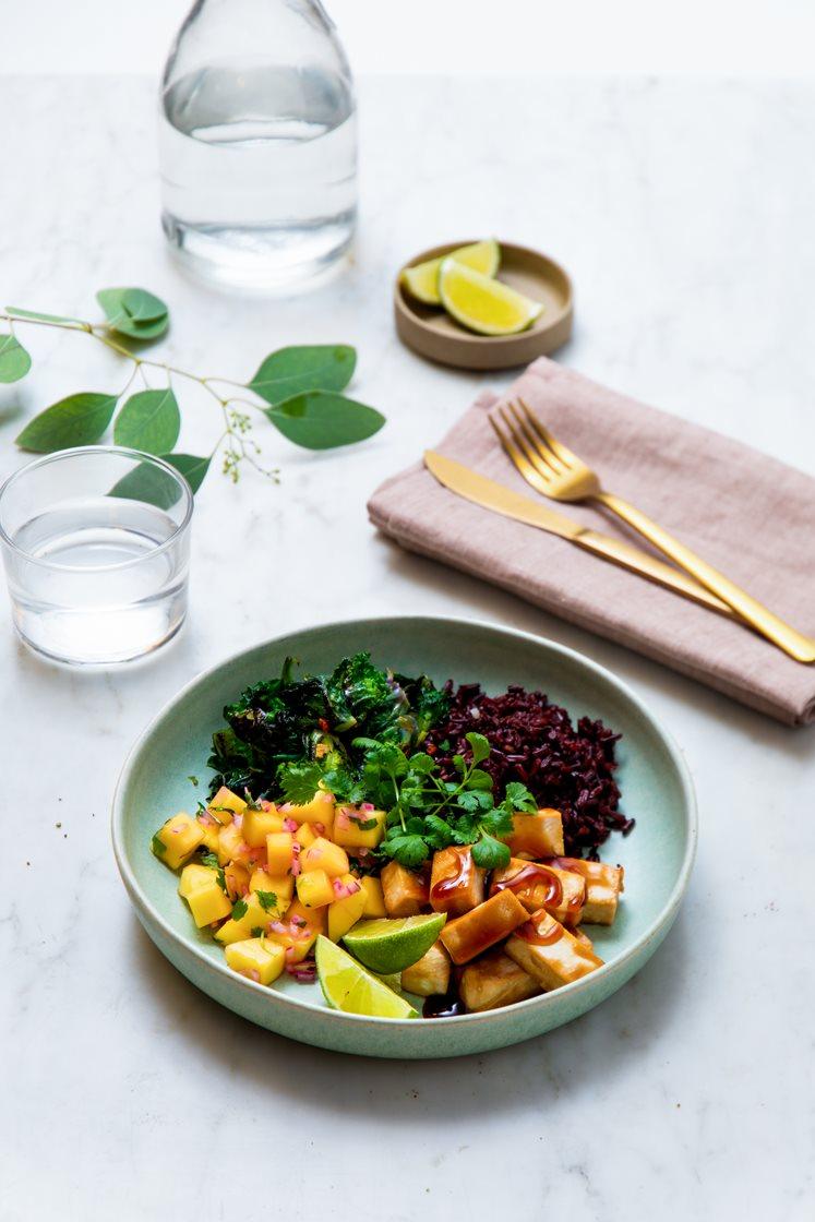 Bowl med teriyakiglasert tofu og rosettkål, mangosalsa og sort ris