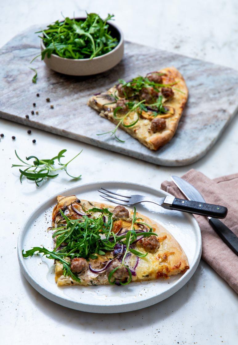 Pizza bianca med salsicciaboller, sjampinjong, rødløk og rosmarin