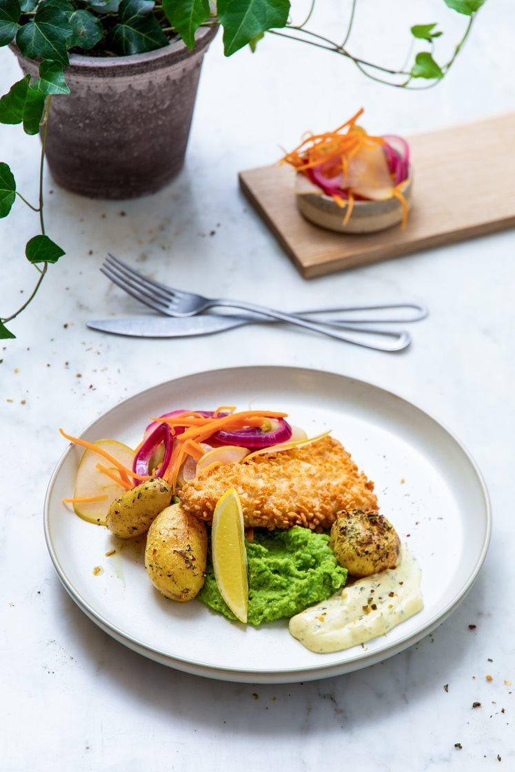 Panert torsk med ertepuré, ovnsbakte poteter og syltede grønnsaker