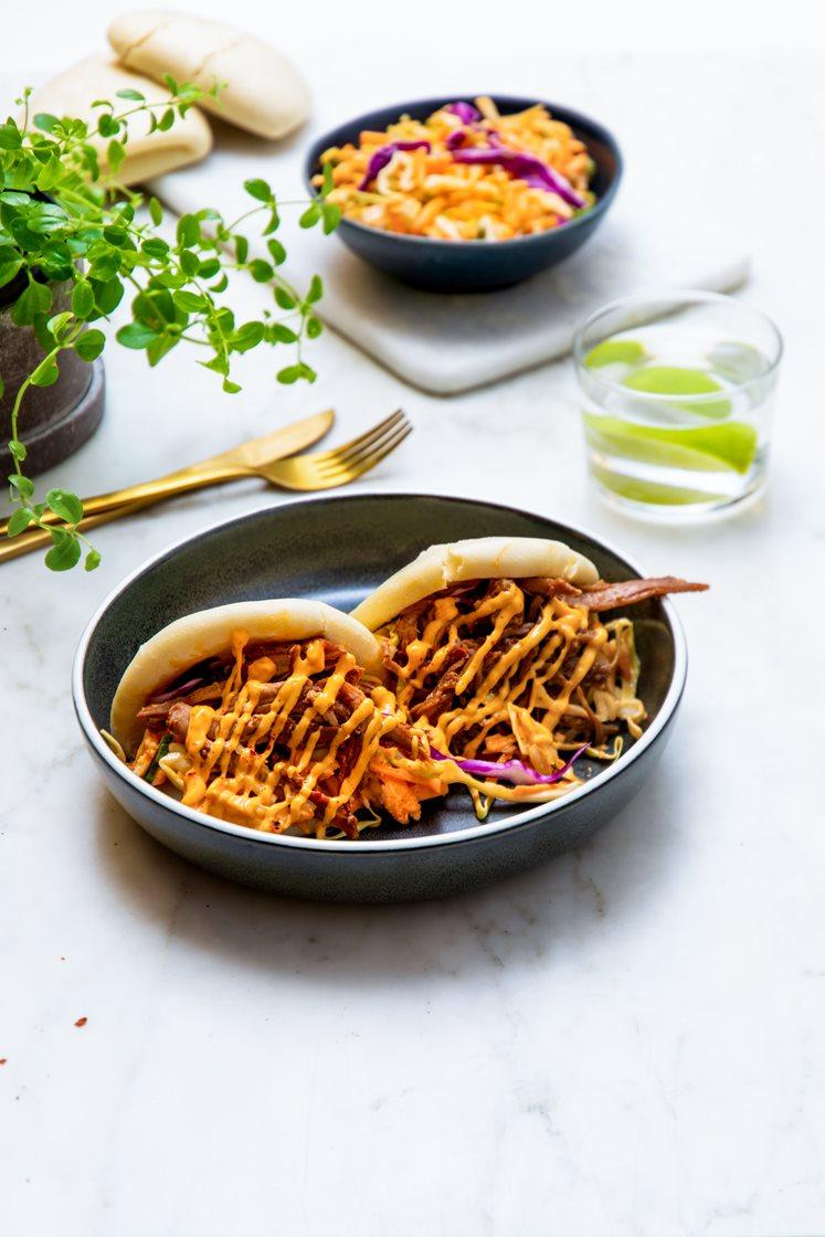 Steamed buns med hoisinmarinert pulled pork, sprø grønnsaker og chilimajones