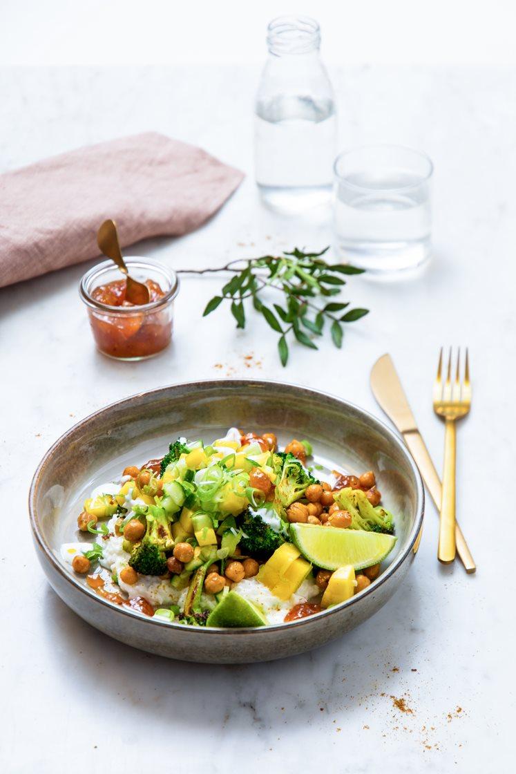 Krydderstekte kikerter og brokkoli, servert med mangosalsa, kokosris, chutney og yoghurt