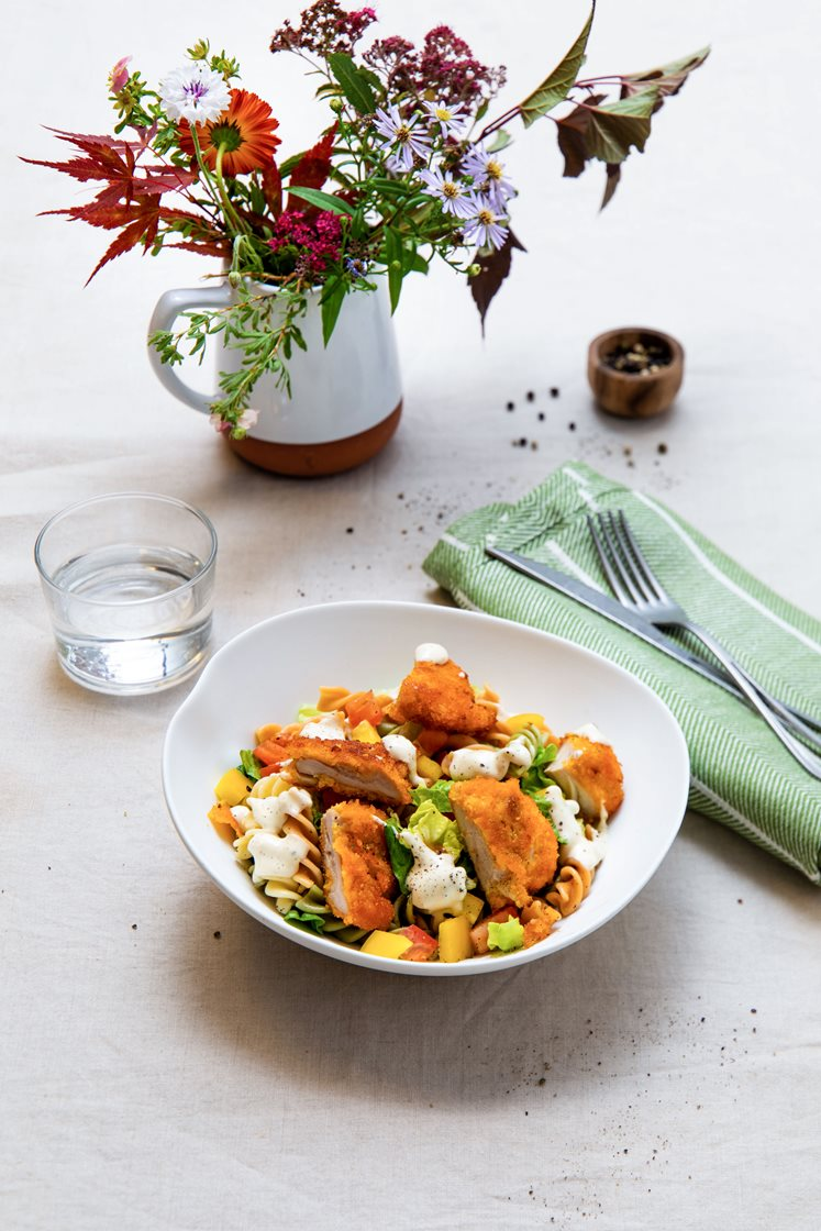 Crispy kyllingsalat med fusilli og cæsardressing