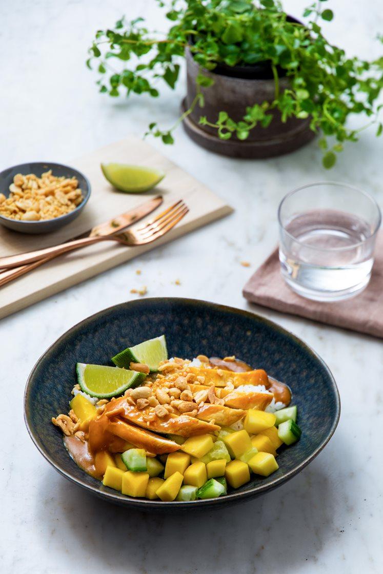 Kylling i sataysaus med mango- og agurksalat og jasminris