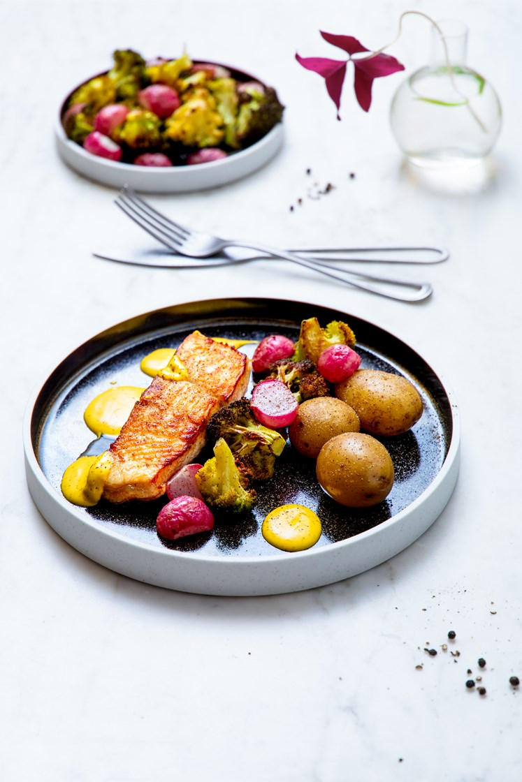 Pannestekt kveitefilet med hvitløksbakte reddiker og brokkoli, bearnéssaus og kokte poteter