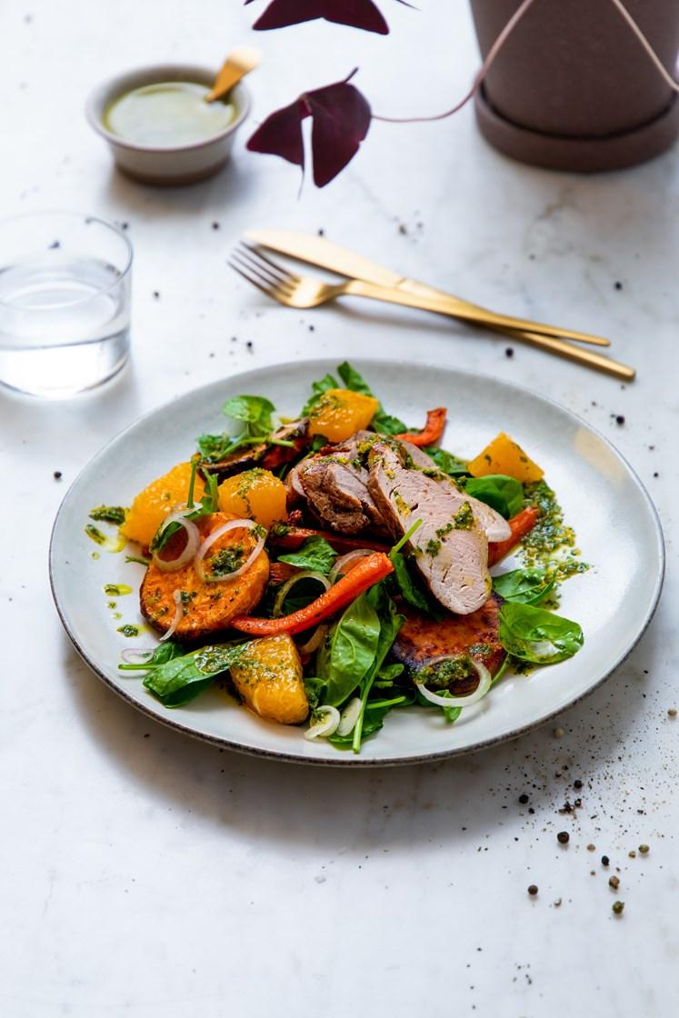 Soyamarinert indrefilet av svin og lun salat med ovnsbakte grønnsaker, spinat og appelsin