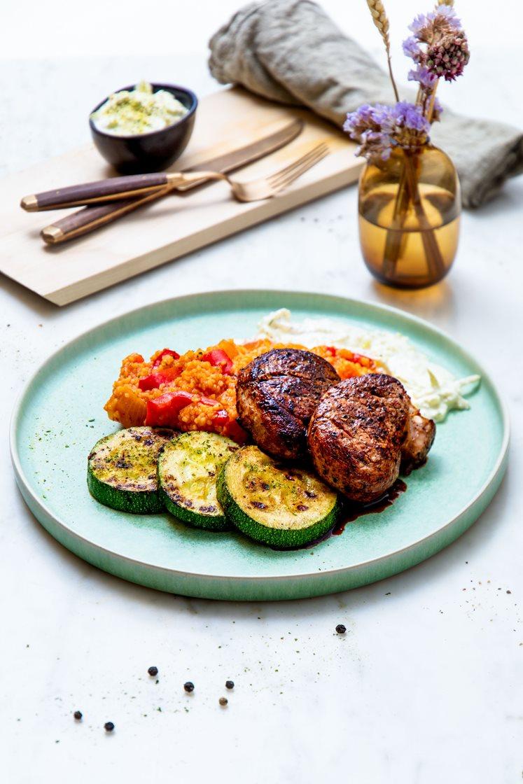 Svinemedaljonger med tomatbulgur, hvitløksdressing og smørstekt squash