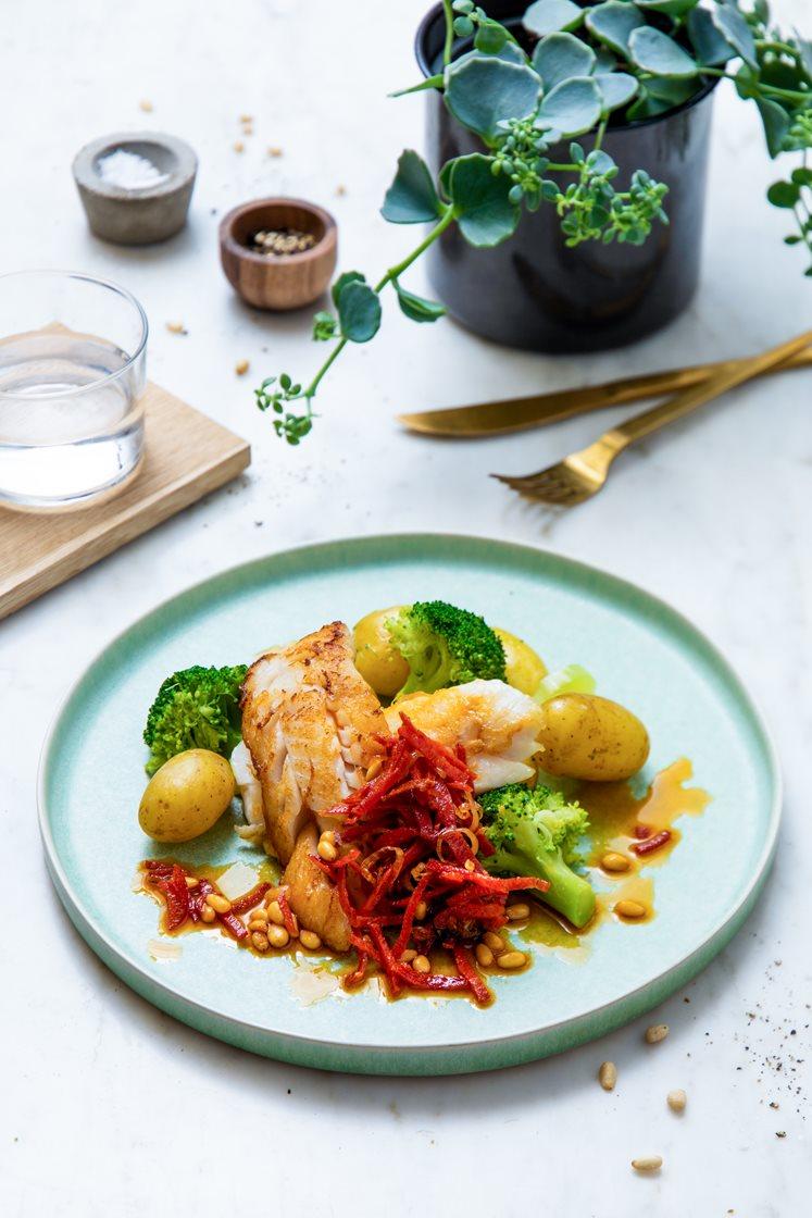 Pannestekt torskefilet med kokte småpoteter og brokkoli, pepperonismør og pinjekjerner