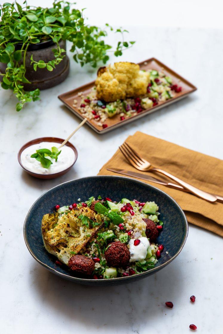 Granatepletabbouleh med rødbetefalafler, ovnsbakte blomkålbåter og mynteyoghurt