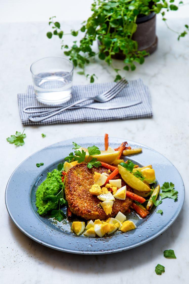 Grønnsakschnitzler med ovnsbakte grønnsaker, ertepuré og eggesmør