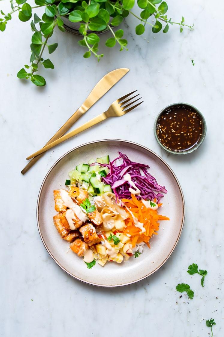 Laksepoke med agurk, syltet ingefær, ponzudressing og chilimajones